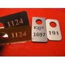 Rūbinių numeriukai, žetonai, emblemos, reklaminiai pakabukai, raktų numeracijos žetonai.
